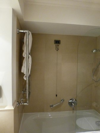 Hotel Laurus al Duomo : Tub/shower in 403