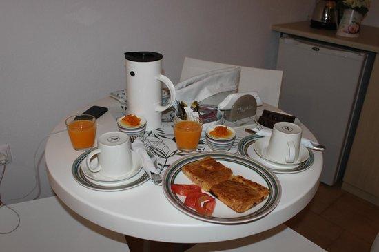 Manos Small World: Breakfast