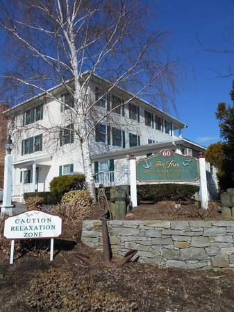 Inn at Harbor Hill Marina: The front of the inn.