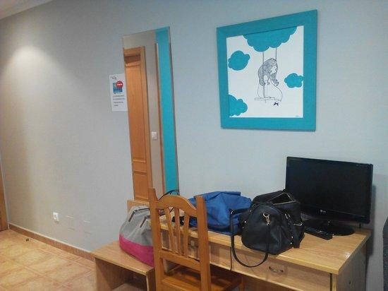 Hostal Brios: Pared y escritorio de la habitación