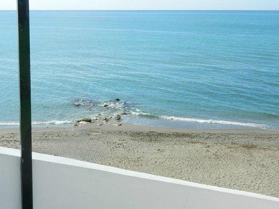 Holiday Village: small stoney beach close by