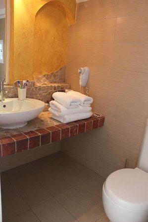 Manos Small World: Bathroom