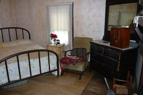 Elvis Presley Birthplace & Museum: Inside the two room shack - Elvis Presley's Birthplace