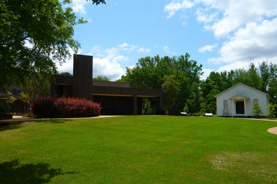Elvis Presley Birthplace & Museum: Part of the grounds - Elvis Presley's Birthplace