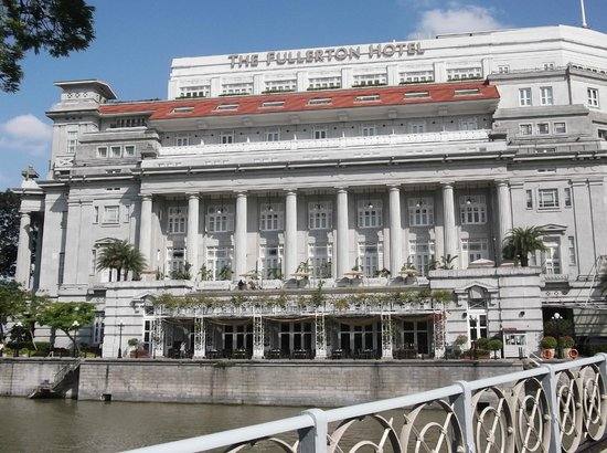 Grand Copthorne Waterfront Hotel: Fullerton Hotel from river taxi