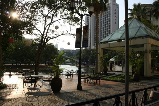 Grand Copthorne Waterfront Hotel: Outside eating in hotel grounds