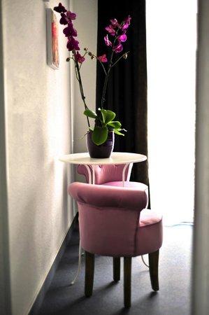 Amadour Hotel : Coin salon de la chambre triple avec terrasse