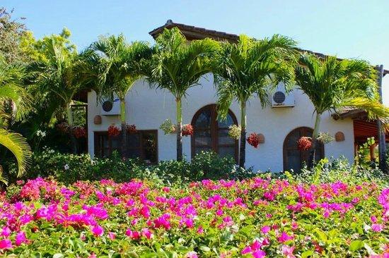 Pelican Eyes Resort & Spa: beutiful lush grounds