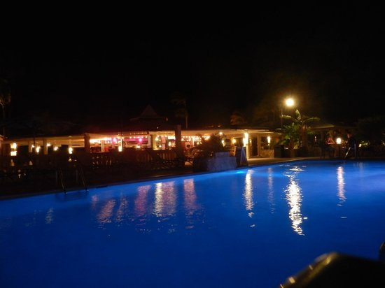Manchebo Beach Resort & Spa: fab pool and bar