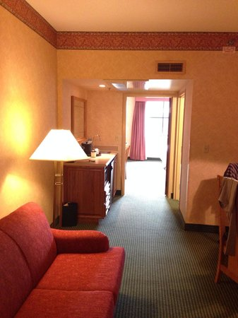 Embassy Suites by Hilton Omaha - Downtown/Old Market : Looking toward bedroom