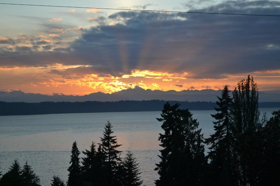 Olympic View Bed and Breakfast Cottage: A perfect sunset in the hot tub