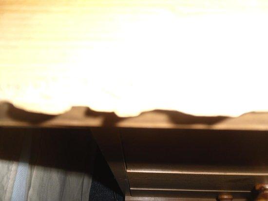 Royal Grosvenor Hotel: broken beside table edge