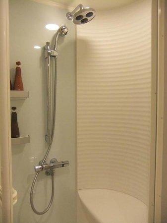 Tokyu Stay Kamata: シングルA シャワールーム。2種類のノズルを持つシャワーと椅子。