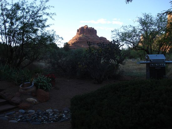 Cozy Cactus Bed and Breakfast: dusk outside our room!