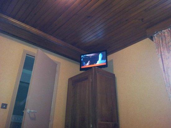 Grand Hotel de France: la tv perchée sur l'armoire