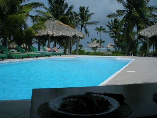 White Sands Cove Resort : our Lunch in the foreground, the Pool and the Caribbean Sea