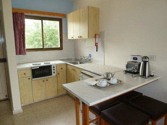 Bougainvillea Hotel Apartments: Kitchen Area