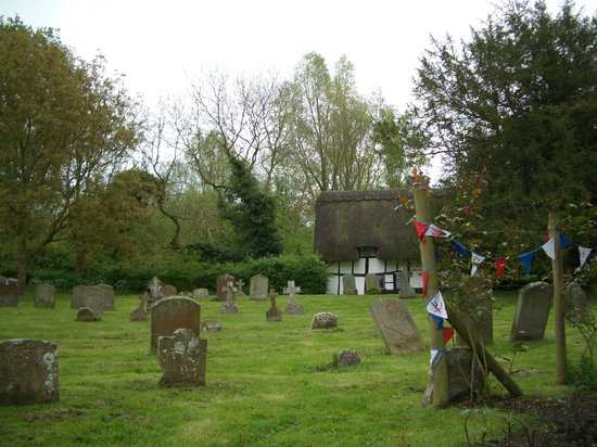 SHO4 Travel Oxford Tours: Churchyards and thatched roofs