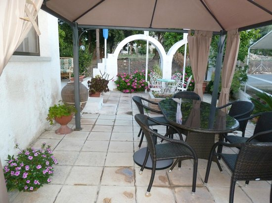 Bougainvillea Hotel Apartments: More Outside Dining