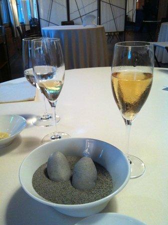 Mugaritz: Картошка в виде камушков в песке;)