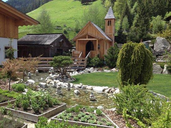 Hotel Quelle Nature Spa Resort: Giardino interno con chiesetta
