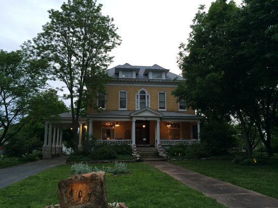 BEALL MANSION An Elegant Bed & Breakfast Inn: Beautiful to see coming in for the evening!