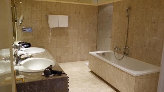 Grand Hotel National: Bathroom in 407