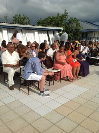 Negril Tree House Resort : The family gathering on the terrace at Negril Tree House