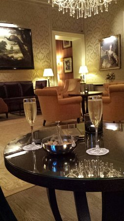 Grand Hotel Casselbergh Bruges: Glass if Cava in the bar