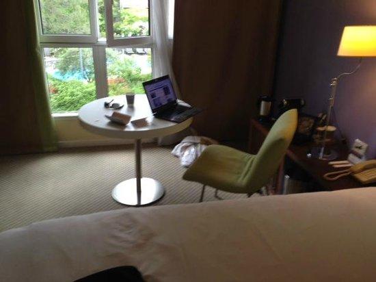 Hôtel Mercure Antibes Sophia Antipolis : find the work desk with power sockets