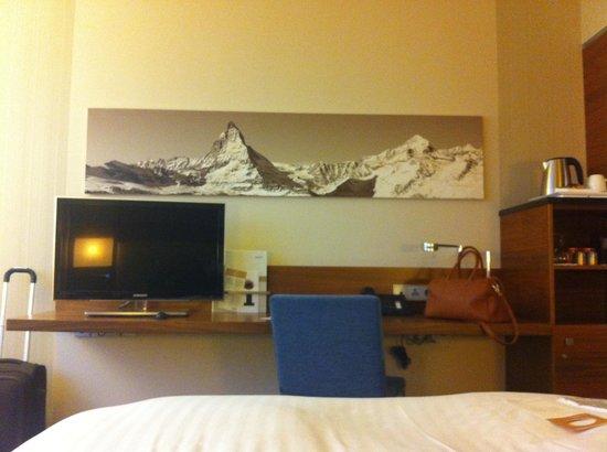 Movenpick Hotel & Casino Geneva: Chambre correcte et propre. Toutes facilités sont disponibles. Mais pas aussi spacieuse que sur