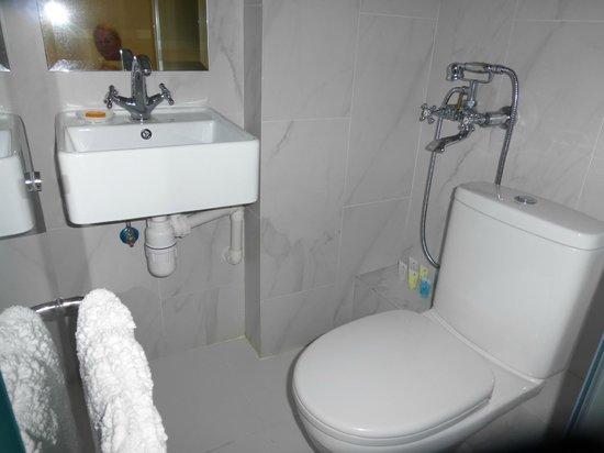 9 Boutique Hotel: Kleine badkamer