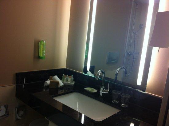 Movenpick Hotel & Casino Geneva : La salle de bain