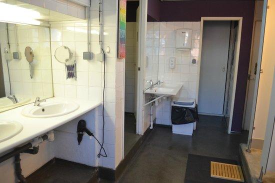 Goodmorning Hostel: Female Bathroom