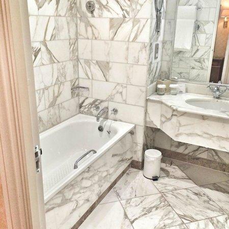 Celtic Manor Resort: The bathroom