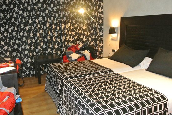 Salles Hotel Malaga Centro : large confy bed
