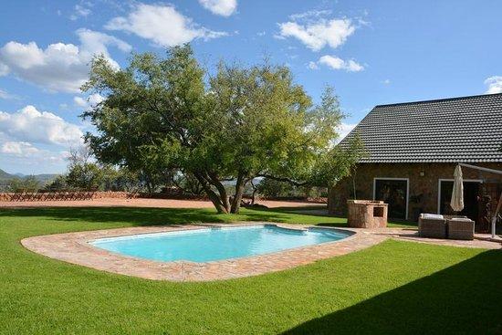 Windhoek Mountain Lodge: Terrasse mit Pool