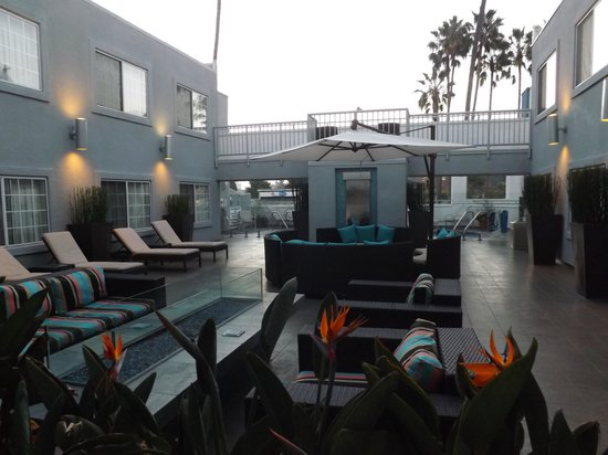 The Inn at Marina del Rey: Sitting area near the pool