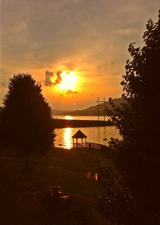 Wyndham Garden Lake Guntersville : Sunrise from my doorstep!