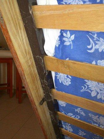 Hotel Malibu Park: Telarañas bajo las camas