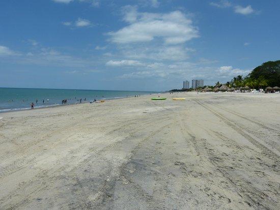 Royal Decameron Golf, Beach Resort & Villas : Mélange de sable noir et de sable blanc, Pas joli ...