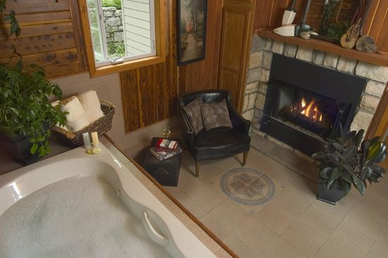 Lake Lucerne Resort: Jetted Tub and Fireplace in the Kingfisher Cottage
