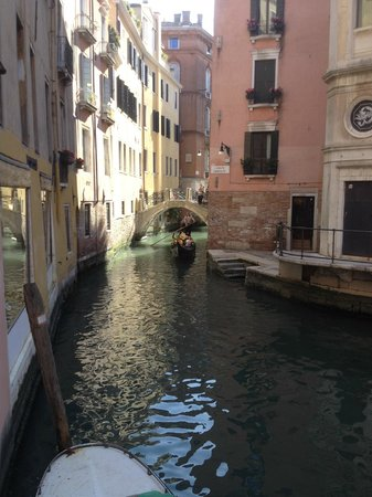 Bonvecchiati Hotel: The canal with gondola adjoining hotel