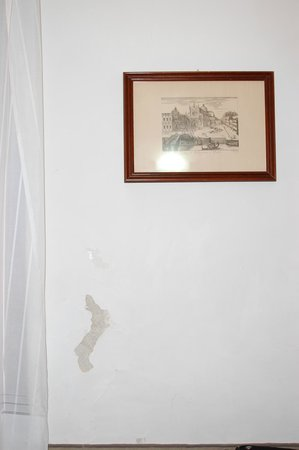 San Lio Tourist House: €150 room with crack and dirt on the wall