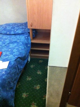 San Lio Tourist House: this is your room, dirty, smelly, small - no comfort at all