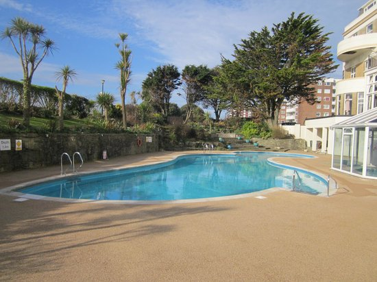 Hallmark Hotel Bournemouth Carlton: The outdoor swimming pool.