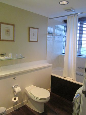 Hallmark Hotel Bournemouth Carlton: The bathroom.