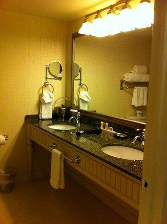 Abbey Resort & Spa: Large double sink vanity