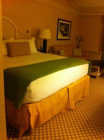 Abbey Resort & Spa: King size bed