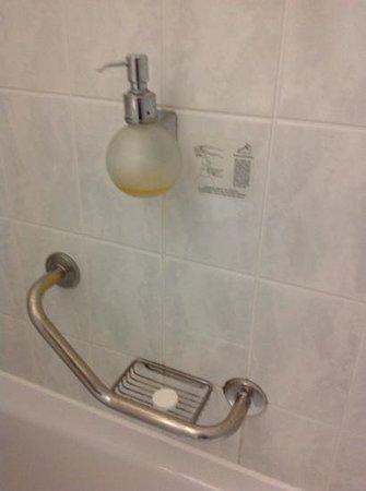 Maritim Hotel München: abgenutzte Armaturen im Bad